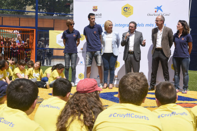 Sergi Busquets inaugura un Cruyff Court per nens i joves en risc d'exclusió a Badia del Vallès