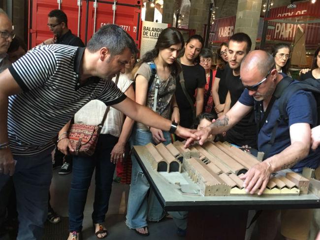 Visita d'un grup de persones sordcegues al Museu Marítim de Barcelona
