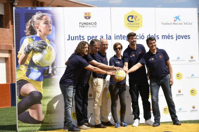 El jugador del FC Barcelona Gerard Piqué inaugura un Cruyf Court a Sant Guim de Freixent