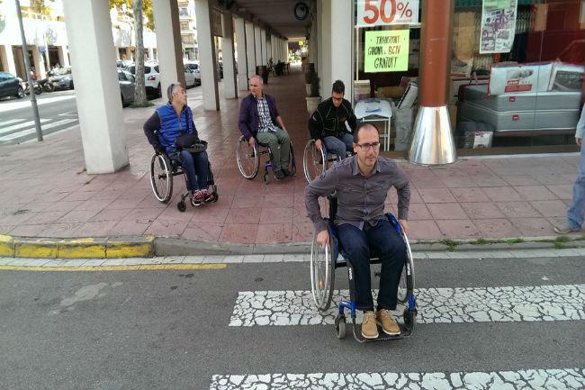 L'Ajuntament de Palamós i MIFAS recorren els carrers del municipi per comprovar l'accessibilitat