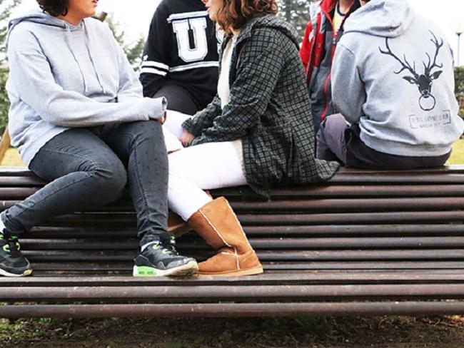 joves i adolescents en un banc