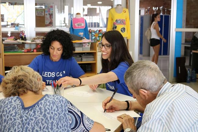 Treballadors l'empresa LEDS C4 fan una jornada de voluntariat amb persones del Grup Alba