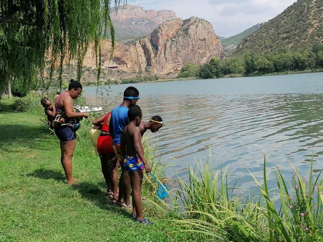 Un grup d'infants i joves del servei El Gínjol fan una sortida lúdica a la Sant Llorenç de Montgai (Noguera)