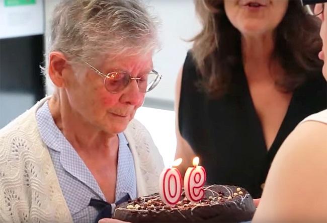 La voluntària més gran d'AMPANS celebra 90 anys envoltada de la seva família i de les persones de l'entitat