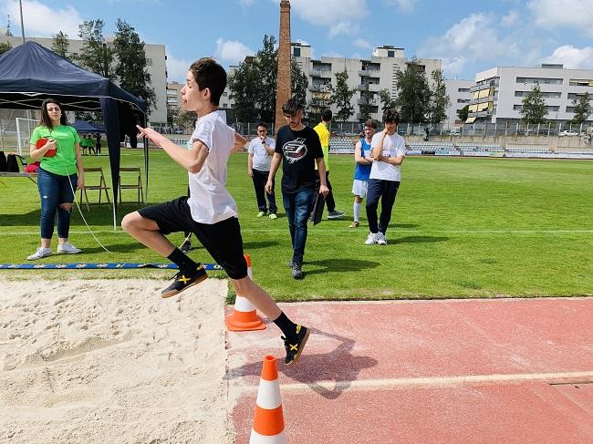 jove fent salt de longitud a jornada escolar