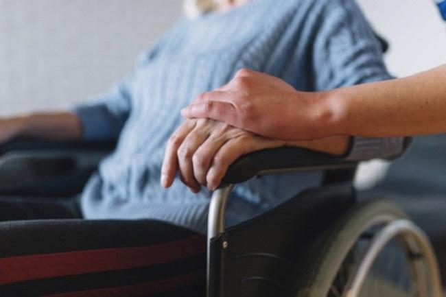 dona gran en cadira rodes