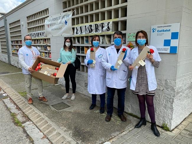 Ilersis celebra Sant Jordi regalant roses al personal del CAP Bafàlia-Pardinyes
