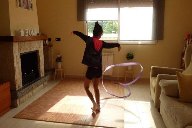 noia realitzant exercici a casa