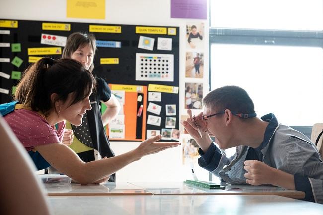 escola jeroni moragas alumne amb dos professores