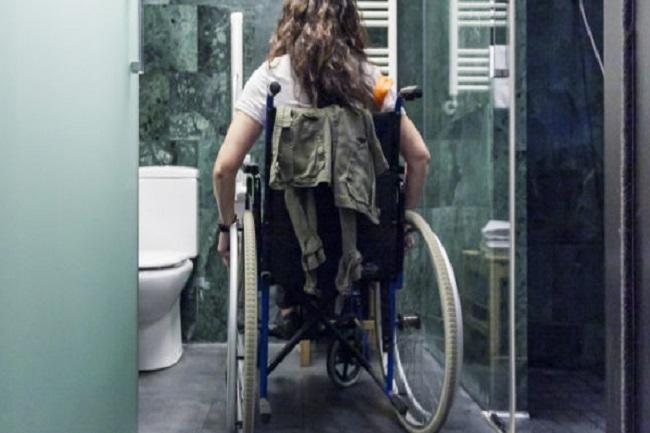 noia en cadira rodes entrant al bany valoracions grau discapacitat
