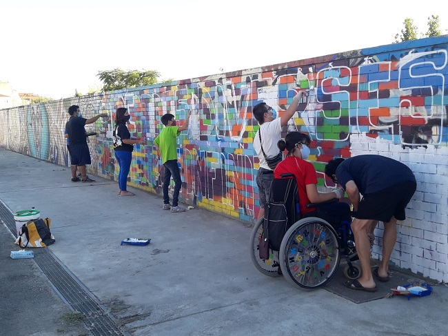 JOVES SINDROME DOWN PINTANT MURAL A LLEIDA