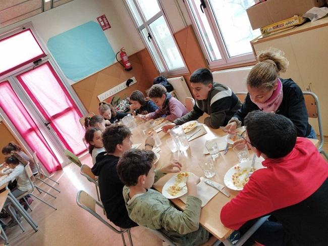 infants en un menjador escolar