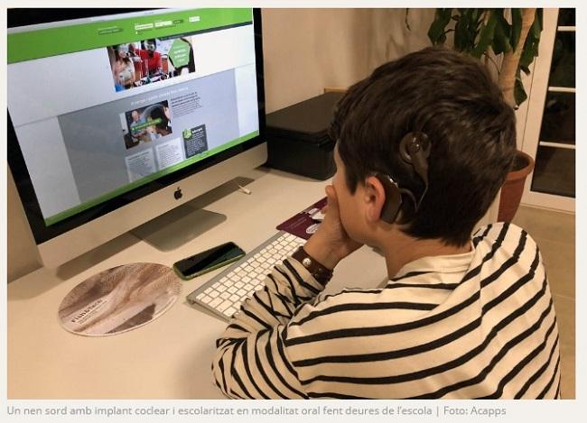 alumne sordesa fent deures escola