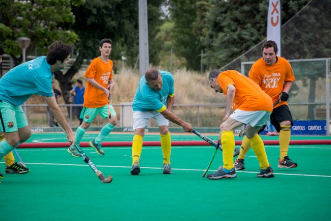 jugadors disputant un partit d'hockey herba