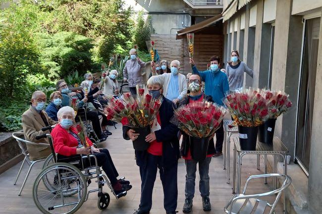 gent gran de residències amb roses