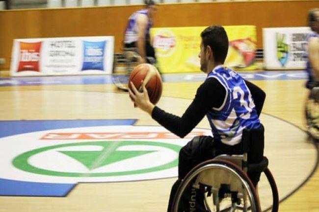 jugador de bàsquet en cadira de rodes