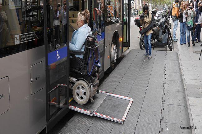 persona amb cadira de rodes pujant a un autobús