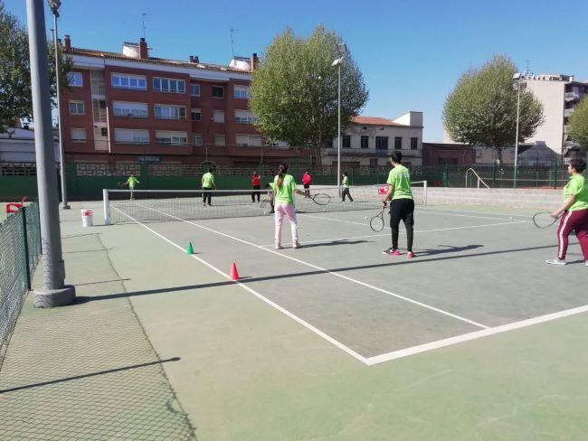 esportistes jugant a tennis