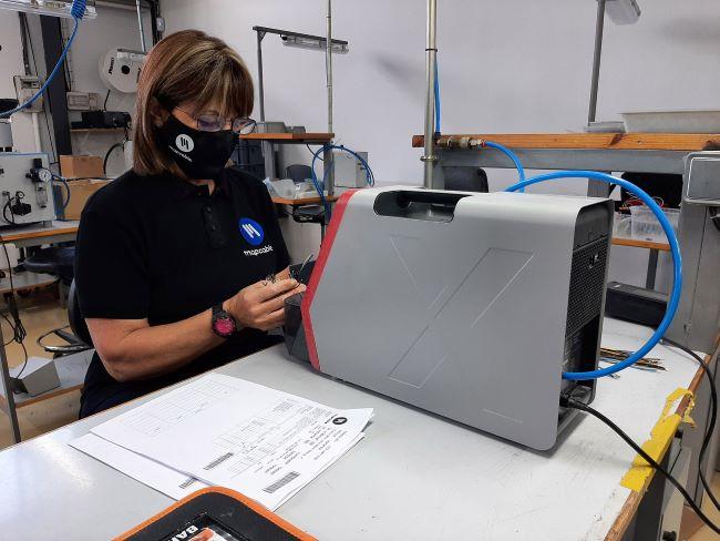 Una treballadora manipulant un ordinador