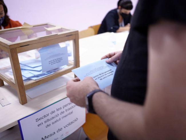 persona votant a les eleccions consell rector IMPD