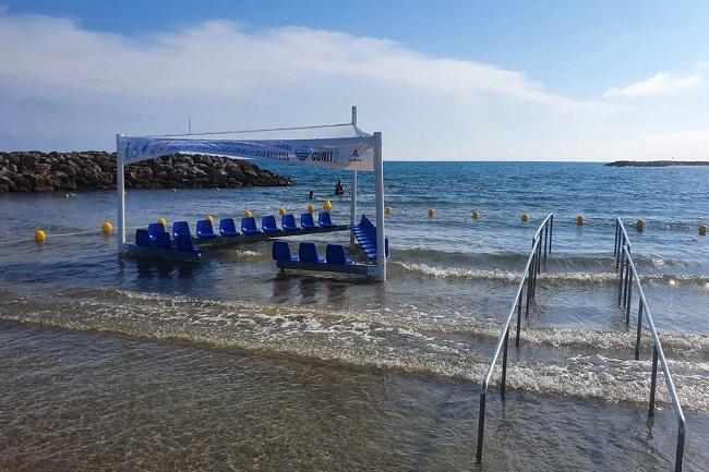 cunit platja baranes i seients a la platja banyistes mobilitat reduïda