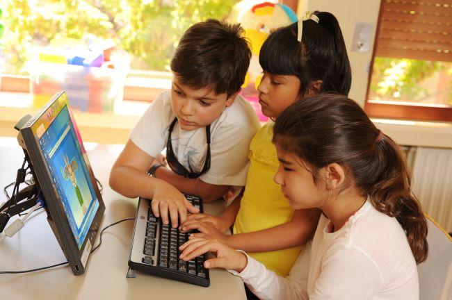 alumnes cecs usant les noves tecnologies